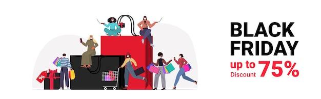 Mescolare persone di razza in maschere con borse della spesa scegliendo e acquistando vestiti venerdì nero grande vendita concetto di quarantena di coronavirus a figura intera illustrazione vettoriale orizzontale Vettore Premium