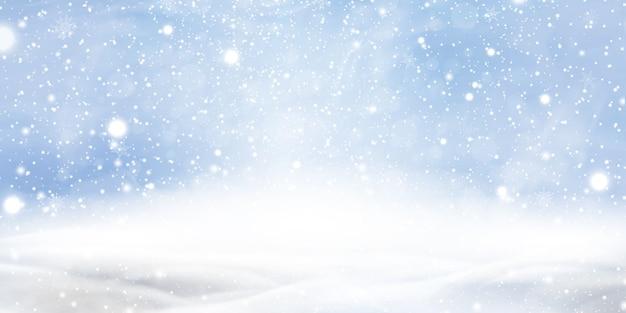 Sfondo di natale inverno naturale con cielo blu, forti nevicate, fiocchi di neve in diverse forme e forme, cumuli di neve. paesaggio di inverno con natale di caduta che splende bella neve. Vettore Premium