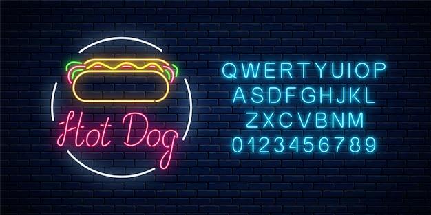 Insegna d'ardore di neon hot dog cafe su un muro di mattoni scuri Vettore Premium