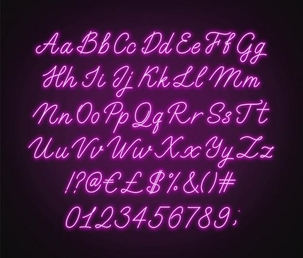 Alfabeto di script rosa neon. carattere corsivo incandescente con lettere, numeri e caratteri speciali. Vettore Premium