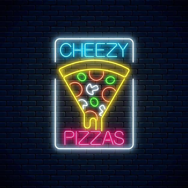 Insegna al neon di una fetta di pizza con formaggio gocciolante. pezzo di pizza italiana con pomodori e formaggio. Vettore Premium