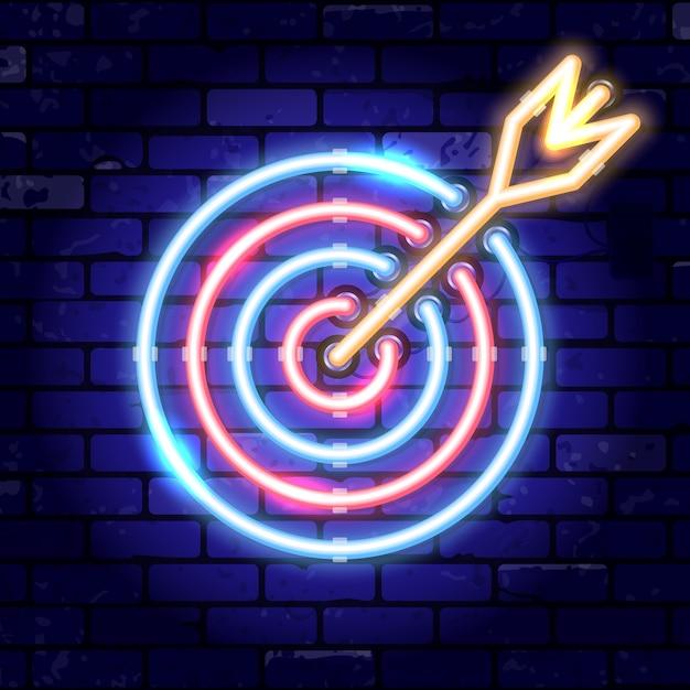 Obiettivo della freccia dell'insegna al neon. obiettivo del concetto, successo. insegna luminosa di notte sul segno del muro di mattoni. icona al neon realistica Vettore Premium