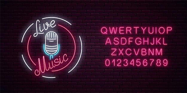 Insegna al neon con microfono in cornice rotonda con alfabeto. locale notturno con l'icona di musica dal vivo. Vettore Premium