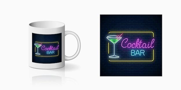 Neonprint della discoteca con cocktail bar sul mockup di tazza in ceramica. progettazione di un segno di discoteca con karaoke e musica dal vivo. illustrazione vettoriale. Vettore Premium