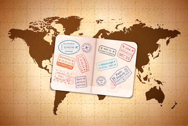 Aprire il passaporto straniero con timbri di visto internazionali sulla mappa del mondo antico su carta vecchia Vettore Premium