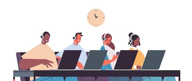 Operatori con auricolare in chat con i clienti call center agenti che lavorano in ufficio ritratto del servizio di assistenza clienti Vettore Premium