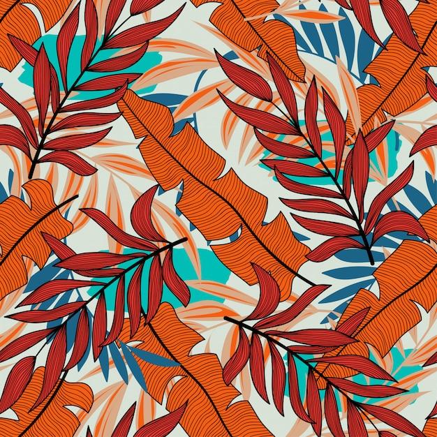 Modello tropicale senza cuciture originale con piante e foglie in colori vivaci su uno sfondo pastello Vettore Premium