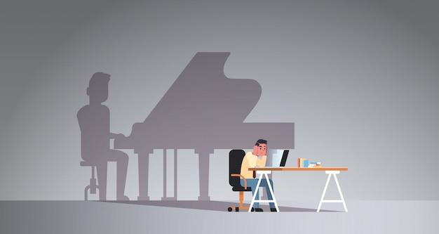 Uomo sovraccarico seduto sul posto di lavoro utilizzando il computer portatile Vettore Premium