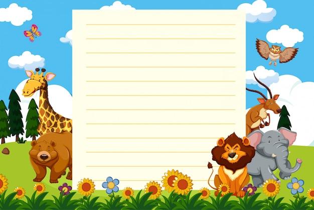 Modello di carta con animali selvatici nel parco Vettore Premium
