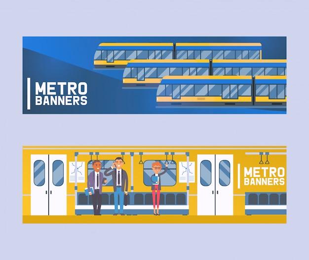 Passeggeri di persone in vagone della metropolitana, trasporto pubblico moderno della città, tram sotterraneo insieme di banner piatti umani in metropolitana, metropolitana. Vettore Premium