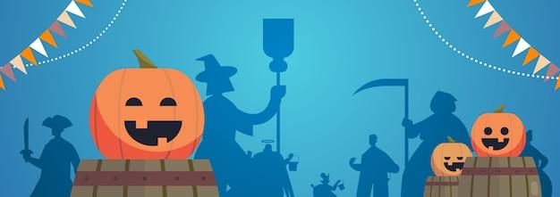 Sagome di persone in costumi diversi che celebrano felice concetto di festa di halloween biglietto di auguri illustrazione vettoriale orizzontale Vettore Premium