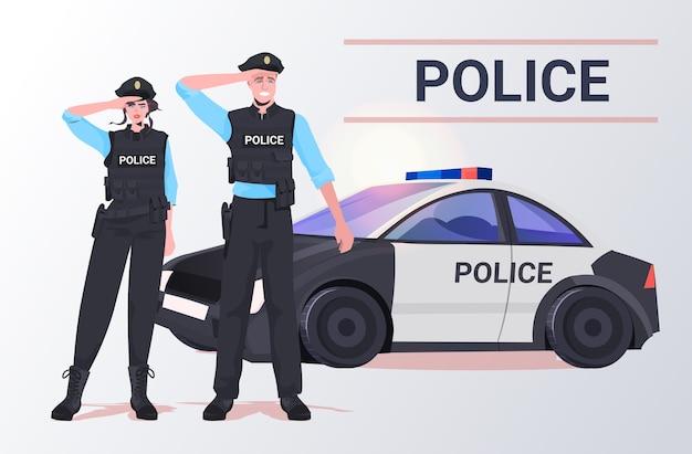 Agenti di polizia in tenuta tattica poliziotto antisommossa e poliziotta in piedi insieme vicino a manifestanti di auto Vettore Premium