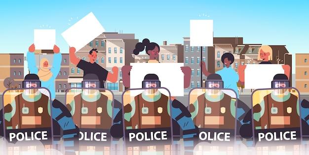 Poliziotti in completo equipaggiamento tattico agenti di polizia antisommossa controllo mix gara manifestanti di strada con cartelli durante scontri dimostrazione protesta rivolte paesaggio urbano di massa vettore orizzontale i Vettore Premium