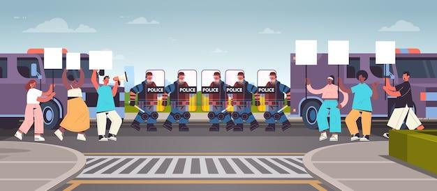 Poliziotti in completo equipaggiamento tattico agenti di polizia antisommossa che controllano i manifestanti di strada con cartelli durante gli scontri dimostrazione protesta rivolte di massa Vettore Premium