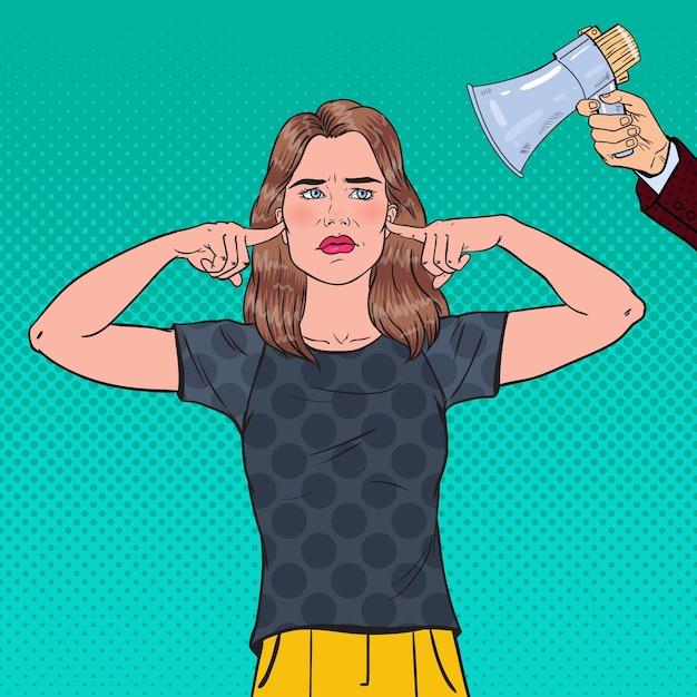 Pop art frustrato donna orecchie chiuse con le dita dal megafono. concetto di ignoranza. Vettore Premium