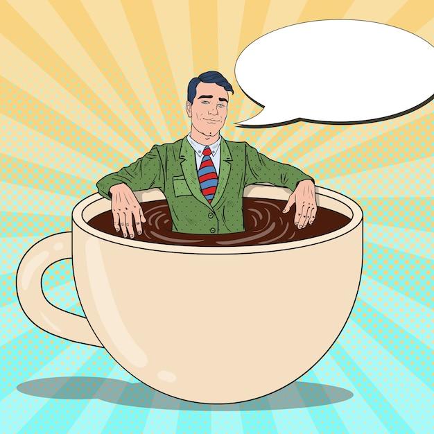 Pop art sorridente uomo d'affari rilassante nella tazza di caffè. pausa di lavoro. Vettore Premium