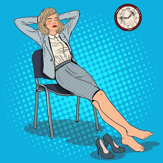 Pop art stanco business woman rilassante sulla sedia. Vettore Premium