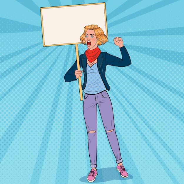 Pop art giovane donna che protesta al picchetto con la bandiera in bianco. sciopero e concetto di protesta. ragazza che grida sulla dimostrazione. Vettore Premium