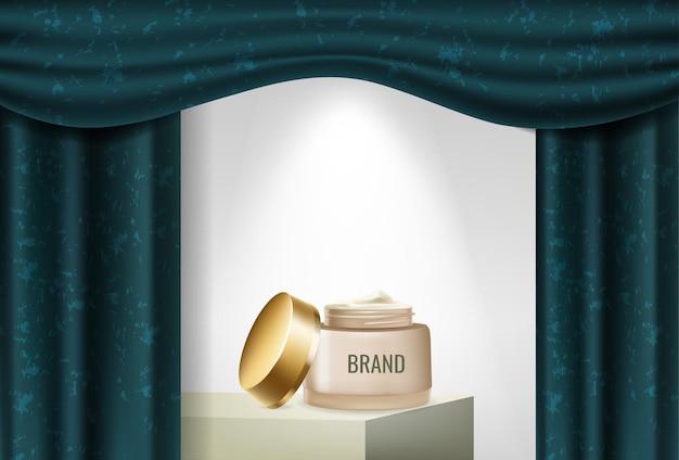 Podio pubblicitario del prodotto con tende blu e crema di bellezza Vettore Premium