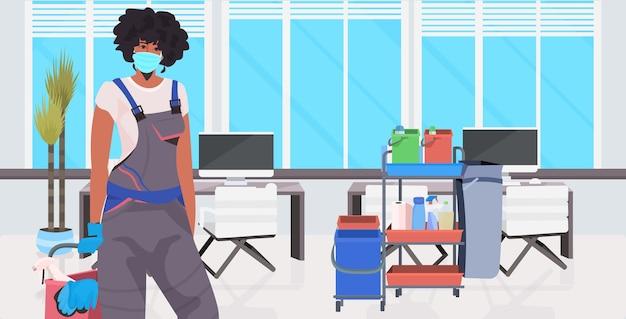 Pulitore professionale femminile bidello pulizia e disinfezione del pavimento Vettore Premium