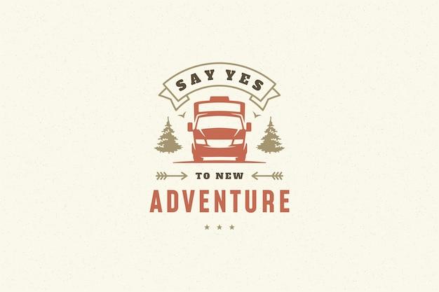 Citare la tipografia con il simbolo del caravan da campeggio disegnato a mano per biglietto di auguri o poster e altro Vettore Premium