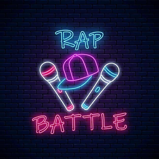 Insegna al neon di battaglia rap con due microfoni e cappellino da baseball. emblema della musica hip-hop. design pubblicitario del concorso rap. Vettore Premium