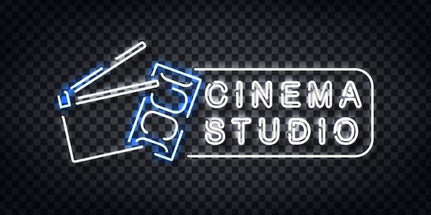 Insegna al neon realistica del logo cinema studio per la decorazione del modello e la copertura dell'invito sullo sfondo trasparente. Vettore Premium