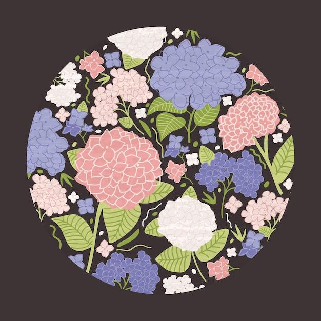La decorazione floreale moderna decorativa rotonda consisteva in bellissimi fiori da giardino in fiore con foglie o lilla su fondo nero Vettore Premium