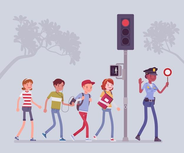 Attraversamento stradale sicuro. poliziotta che insegna e aiuta i bambini a evitare il pericolo o il rischio della strada, i pedoni che camminano cercano traffico e seguono il segnale del semaforo. illustrazione del fumetto di stile Vettore Premium