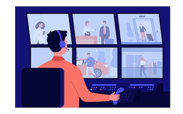Operaio di servizio di sicurezza che si siede nell'illustrazione buia della sala di controllo. personaggio dei cartoni animati di guardia guardando i monitor con video da telecamere di sorveglianza. cctv e concetto di sistema informatico Vettore Premium