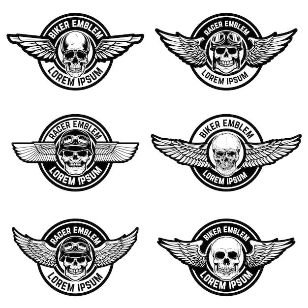 Set di modelli di emblemi di biker club. emblemi con teschi e ali. elementi per logo, etichetta, segno. illustrazione Vettore Premium