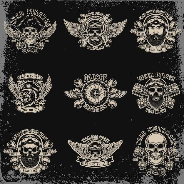 Set di emblemi del motociclista. teschio da corsa con pistoni incrociati. sport motoristico estremo. elementi per logo, etichetta, emblema, segno. illustrazione Vettore Premium