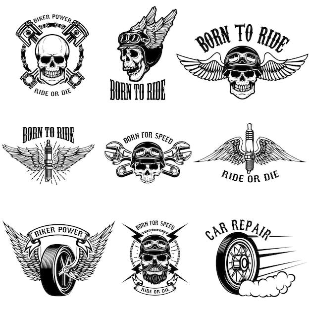 Insieme degli emblemi del motociclista su fondo bianco. teschi di corridori con le ali. strumenti di riparazione auto, pistoni, ruote. illustrazioni. Vettore Premium