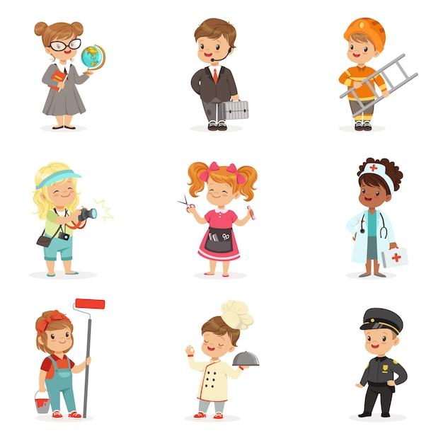 Set di professioni dei cartoni animati per bambini. ragazzini e ragazze sorridenti nelle illustrazioni di usura del lavoro Vettore Premium