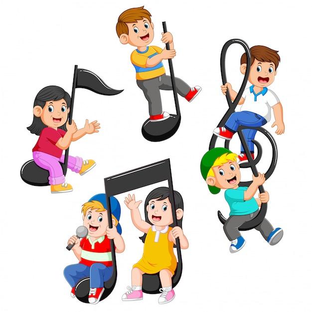 Set raccolta di bambini felici che guidano note musicali Vettore Premium
