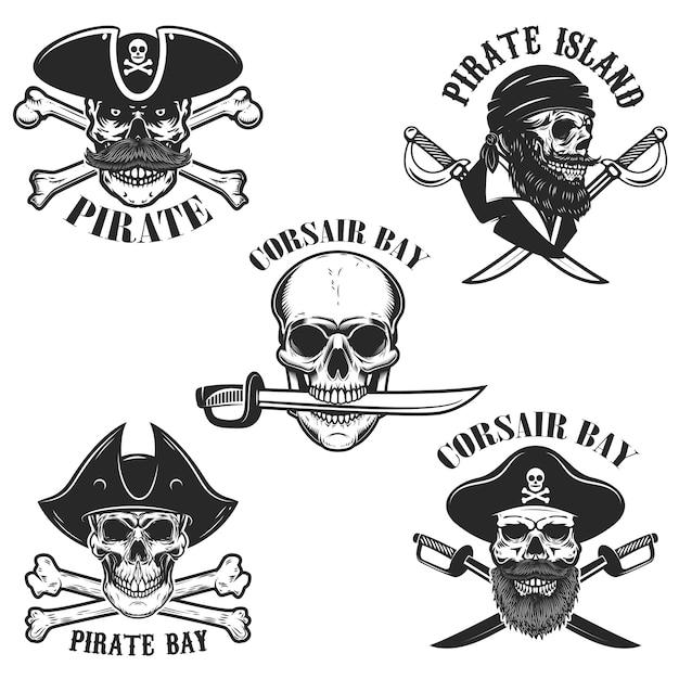 Set di emblemi con teschi pirata e armi. elemento per logo, etichetta, distintivo, segno. illustrazione Vettore Premium