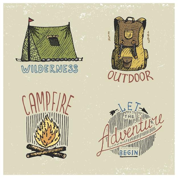 Set di incisi vintage, disegnati a mano, vecchi, etichette o badge per campeggio, trekking, caccia con zaino, tenda, falò. lascia che l'avventura inizi la citazione. Vettore Premium