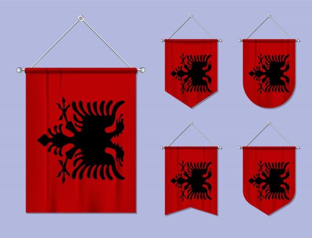 Set di appendere bandiere albania con trama tessile. forme di diversità del paese di bandiera nazionale. stendardo modello verticale. Vettore Premium