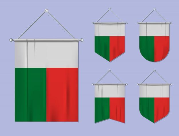 Set di bandiere sospese madagascar con trama tessile. forme di diversità del paese di bandiera nazionale. stendardo modello verticale Vettore Premium