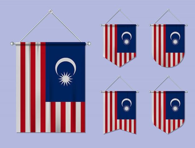 Set di appendere bandiere malesia con trama tessile. forme di diversità del paese di bandiera nazionale. stendardo modello verticale Vettore Premium