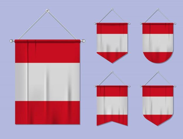 Set di appendere bandiere perù con trama tessile. forme di diversità del paese di bandiera nazionale. stendardo modello verticale. Vettore Premium
