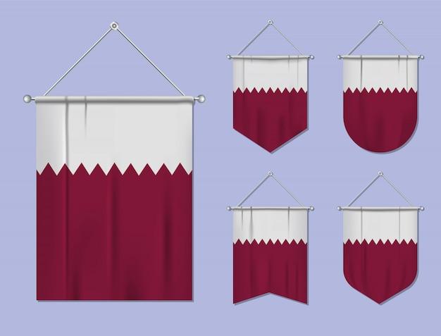 Set di appendere bandiere qatar con trama tessile. forme di diversità del paese di bandiera nazionale. stendardo modello verticale. Vettore Premium
