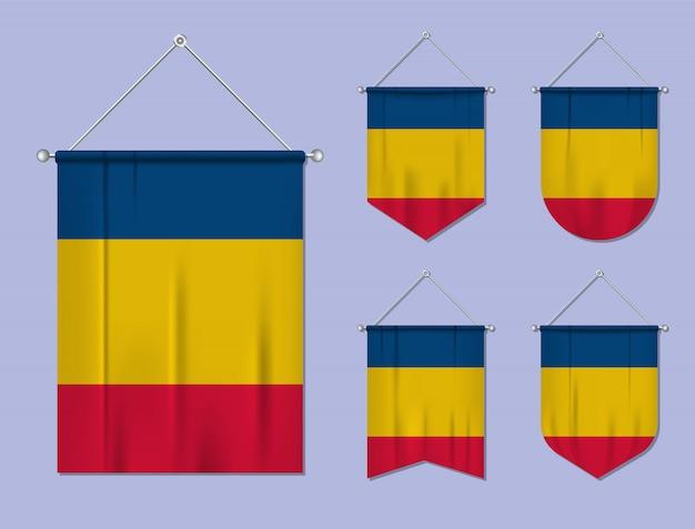 Set di appendere bandiere romania con trama tessile. forme di diversità del paese di bandiera nazionale. stendardo modello verticale. Vettore Premium