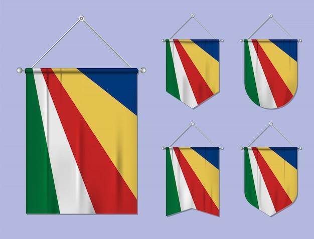 Set di appendere bandiere seychelles con trama tessile. forme di diversità del paese di bandiera nazionale. stendardo modello verticale. Vettore Premium