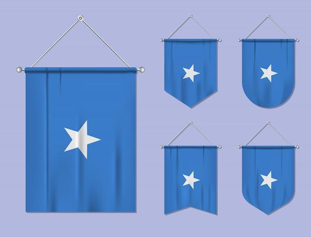 Set di bandiere sospese somalia con trama tessile. forme di diversità del paese di bandiera nazionale. stendardo modello verticale. Vettore Premium