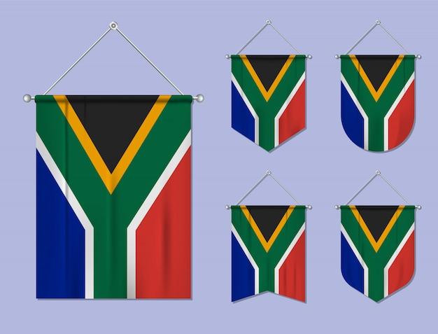 Set di appendere bandiere sudafrica con trama tessile. forme di diversità del paese di bandiera nazionale. stendardo modello verticale. Vettore Premium