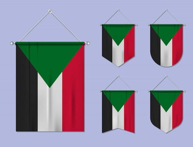 Set di appendere le bandiere del sudan con trama tessile. forme di diversità del paese di bandiera nazionale. stendardo modello verticale. Vettore Premium