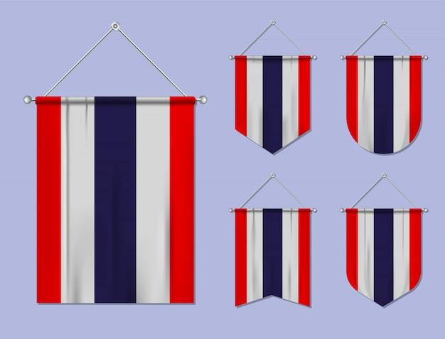 Set di appendere bandiere thailandia con trama tessile. forme di diversità del paese di bandiera nazionale. stendardo modello verticale. Vettore Premium