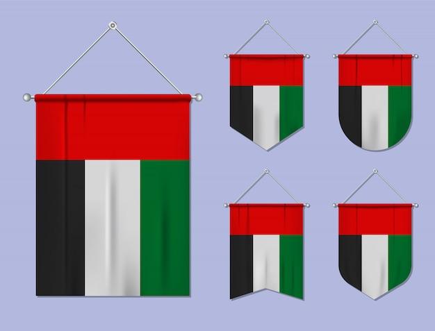 Set di appendere le bandiere degli emirati arabi uniti con trama tessile. forme di diversità del paese di bandiera nazionale. stendardo modello verticale Vettore Premium