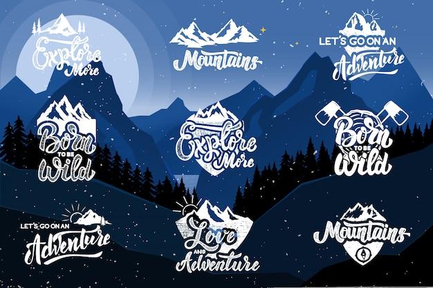 Set di escursioni emblemi su sfondo con le montagne. elementi per poster, emblema, segno, maglietta. illustrazione Vettore Premium